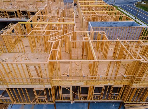 建設中の木製の新しい住宅用ホームビームフレーミング