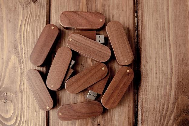 木製の机の上の木製のusbフラッシュドライブ。