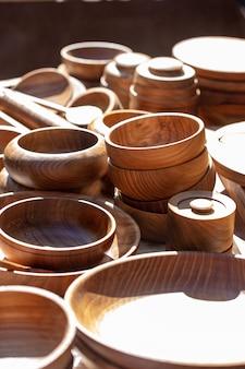 Деревянная посуда, тарелки кухонной утвари из натурального дерева и принадлежности