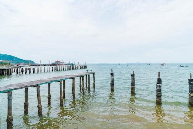 Strada a piedi in legno sulla spiaggia che porta al mare