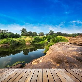 Деревянная дорожка на смотровой площадке парка из природного камня