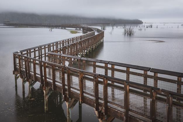 満潮時にピュージェット湾の上に伸びる木製の通路