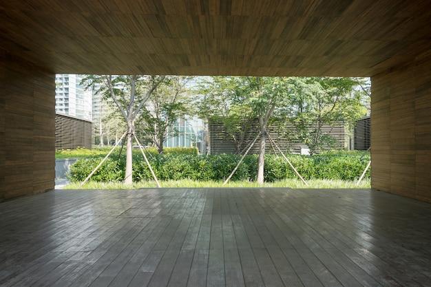 木製の壁と堅木張りの床