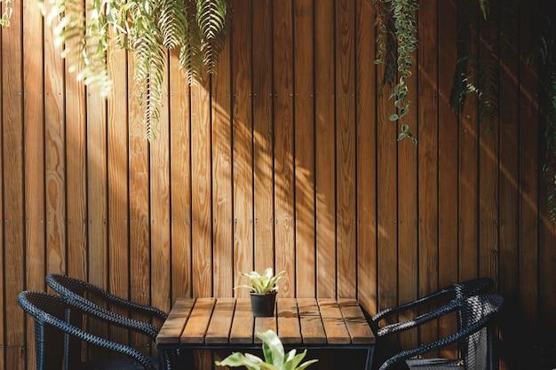 レストランやカフェの木の壁、現代的なインテリアデザイン。自然光