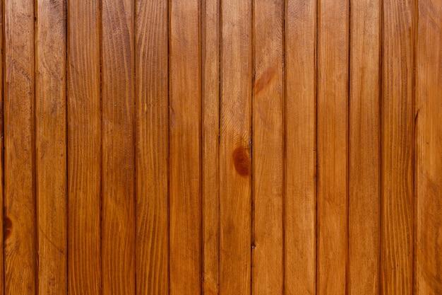 Деревянная стена из тонких досок, окрашенная льняным маслом