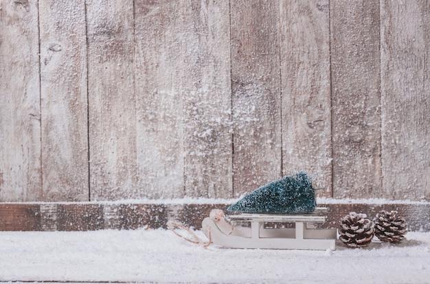 Деревянные стены с небольшим саней с рождественской елки