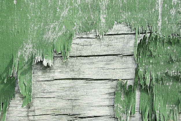 Деревянная стена с облупившейся краской. краска облупившейся штукатурки стен. старый деревянный окрашенный деревенский фон, шелушение краски