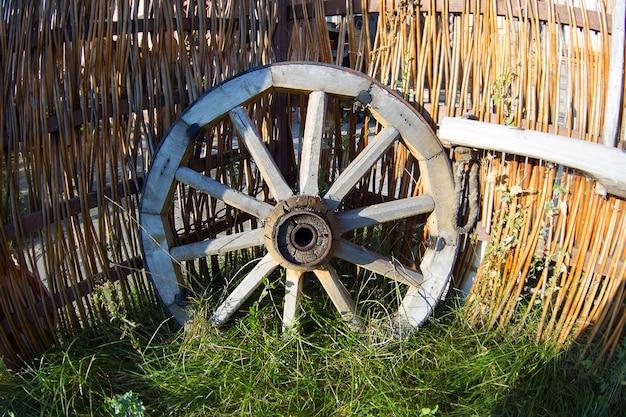 Деревянное колесо из телеги