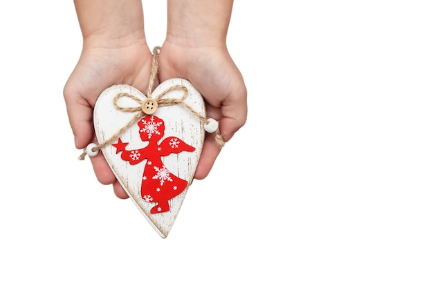 Деревянное белое сердце с красным ангелом в детских руках