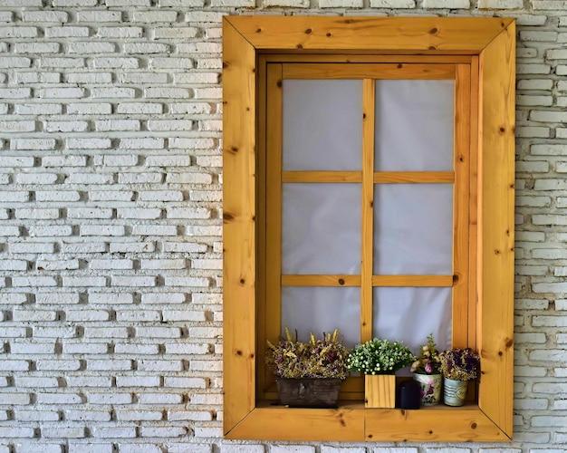 Деревянное окно на стене