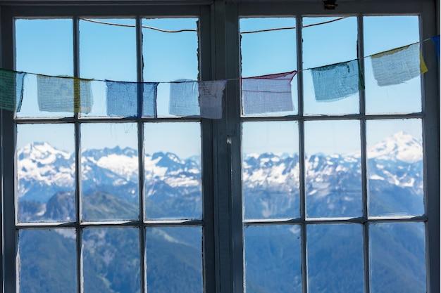 Деревянное окно с летними горами. концепция путешествия wanderlust.