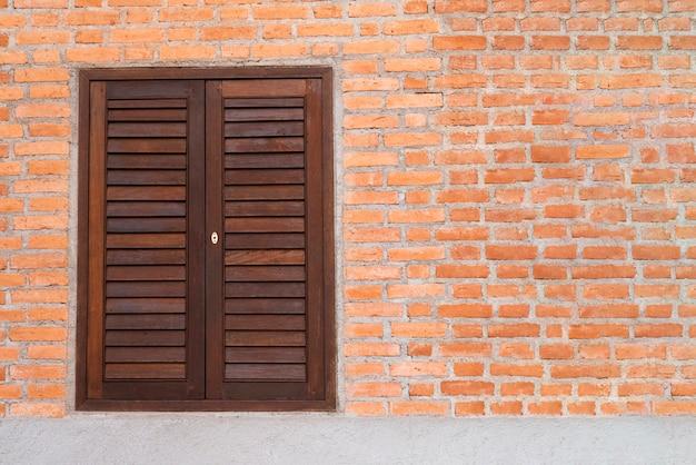 木製の窓と赤レンガの壁。