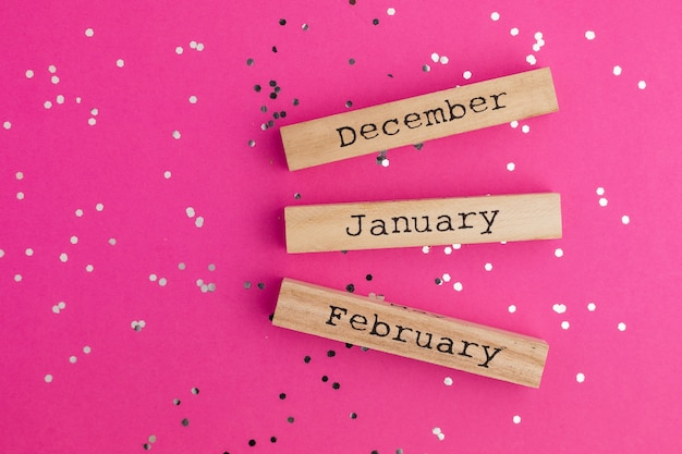Деревянные зимние месяцы с блестящими конфетами