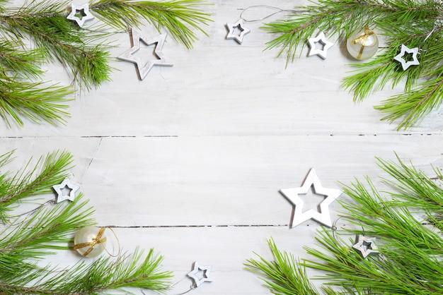 Деревянные с еловыми ветками, рождественскими звездами и шарами