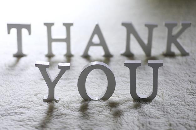 나무 wwhite 편지 바닥에 구겨진 카펫에 감사합니다