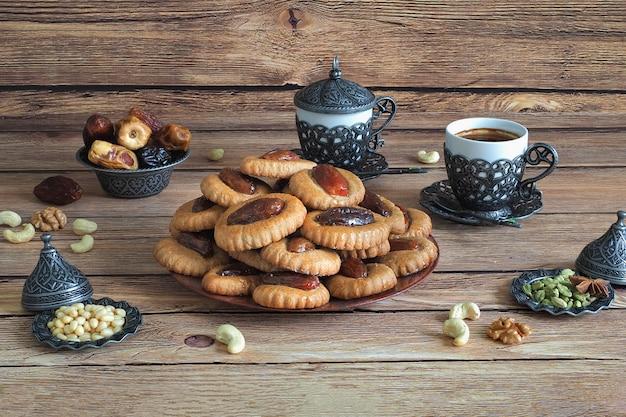 ラマダン食品テーブル。茶色のwoodrnテーブルのeidデートのお菓子。