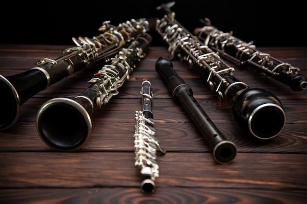 Деревянные духовые инструменты лежат на деревянной поверхности