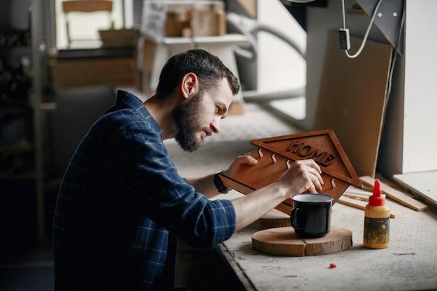 コーダーに接着剤を塗布する木工
