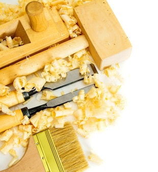 목공. 조이너의 작품. 흰색 배경에 소목 도구 (브러쉬, 끌, 망치).