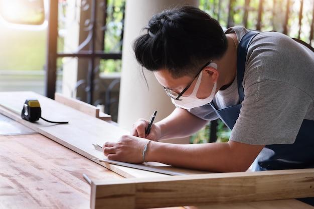 Операторы по деревообработке проектируют конструкции для сборки и строят деревянные столы для клиентов