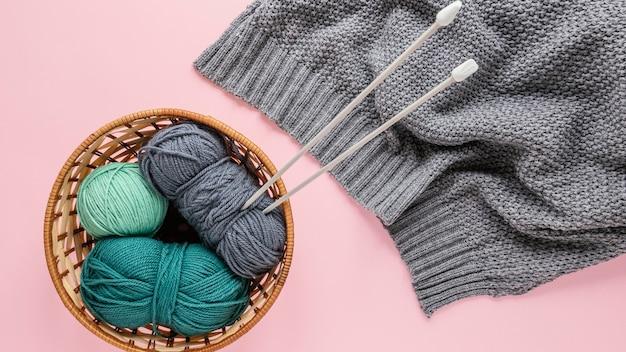 바구니에 양모와 뜨개질 바늘 무료 사진