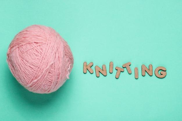 糸と言葉編みの羊毛玉