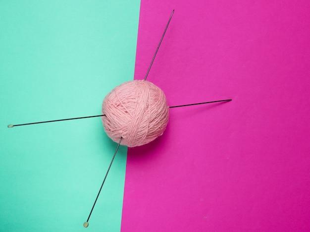 糸と編み針の羊毛ボール
