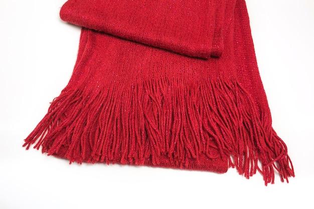 白い背景で隔離のフリンジとウールの赤いスカーフ