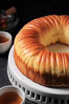 ウールロールパン、ウールのような美しい食感の自家製バイラル日本のブリオッシュミルクパン。ベーカリーのホワイトプレートダークコンセプトでお召し上がりいただけます