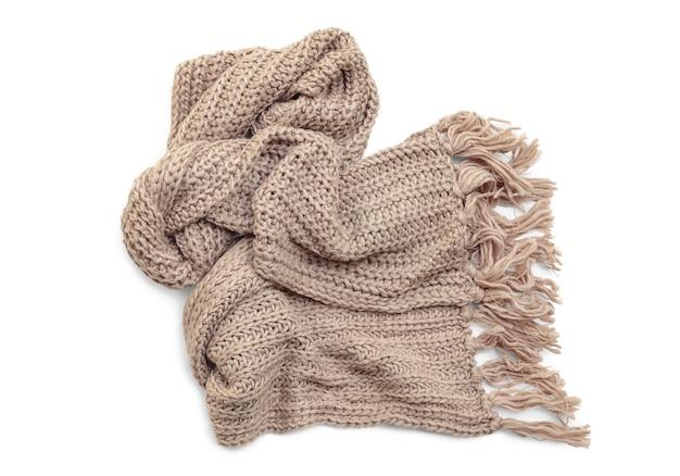 Шерстяной вязаный шарф с кисточками на белом фоне.