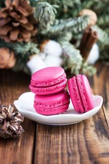 Розовые миндальное печенье с рождественские украшения на фоне woooden