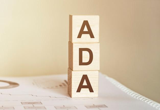 木のビルディングブロックで作られた単語ada