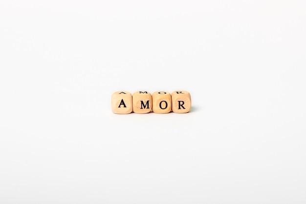 白で隔離される木製の文字の単語愛