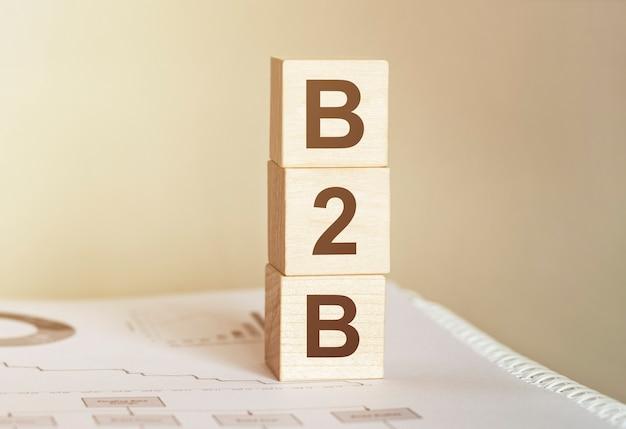 나무 빌딩 블록으로 만든 단어 b2b