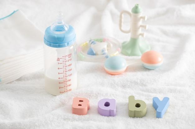 木製の文字と幼児向け製品で作られた「赤ちゃん」という言葉
