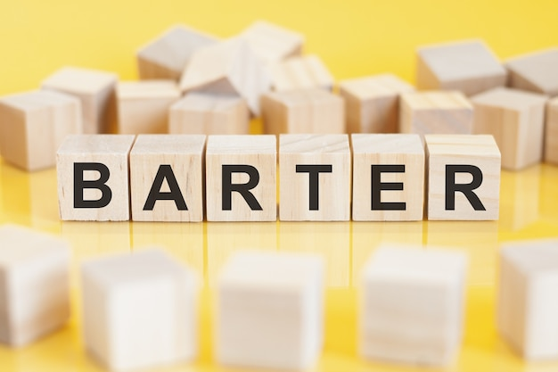 Слово бартер, написанный на деревянных блоках, концепция
