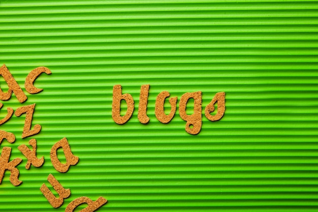 녹색 골된 배경에 단어 블로그