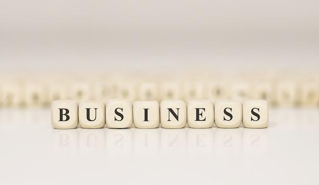 Слово бизнес из деревянных строительных блоков