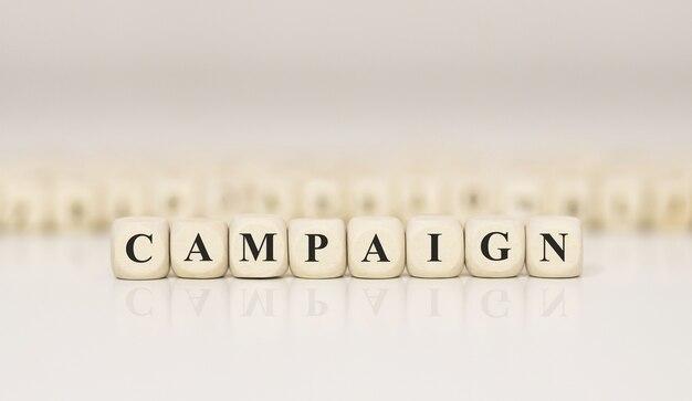 Слово кампания, написанное на деревянном блоке