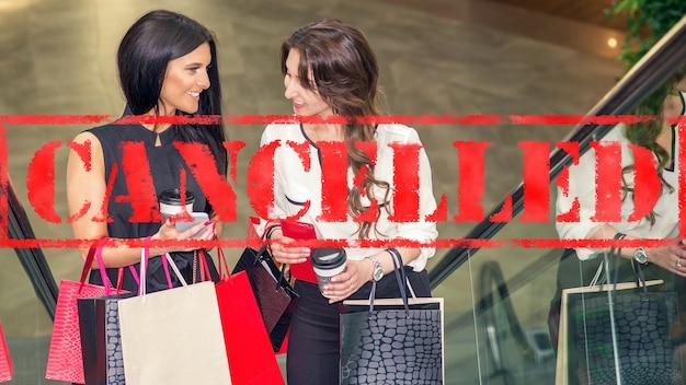 Слово отменено на фоне двух молодых женщин в торговом центре коронавирусный карантин
