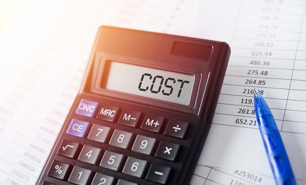 Стоимость слова на калькуляторе. бизнес-концепция оптимизации затрат.