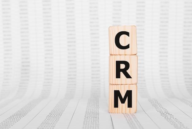 木のビルディングブロック、ビジネスコンセプトで作られた単語crm。