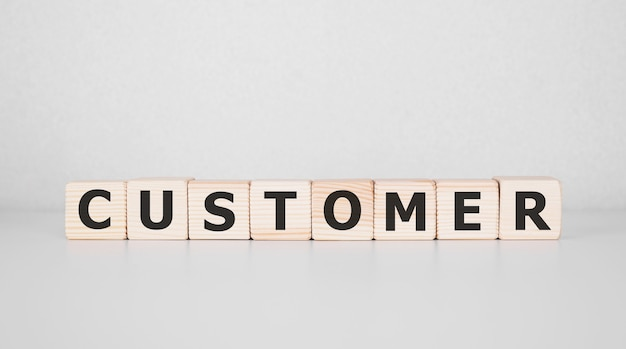 나무 블록에 쓰여진 단어 고객입니다. 비즈니스 개념