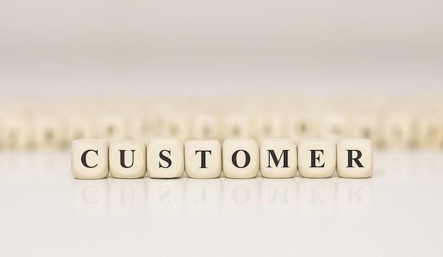 Клиент слово написано на деревянном блоке. бизнес-концепция
