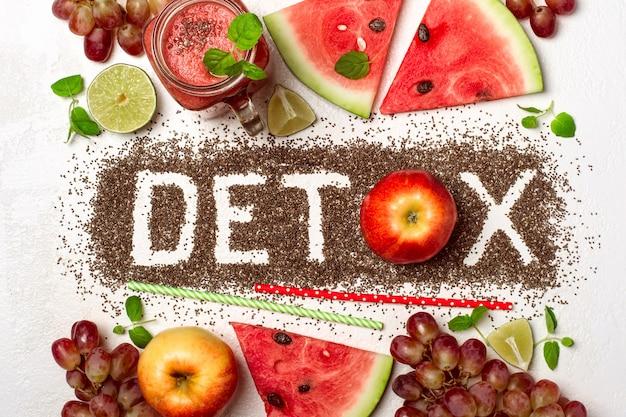 단어 해독은 치아 씨앗에서 만들어집니다. 빨간 스무디와 재료입니다. 다이어트의 개념, 몸을 정화, 건강한 식생활.