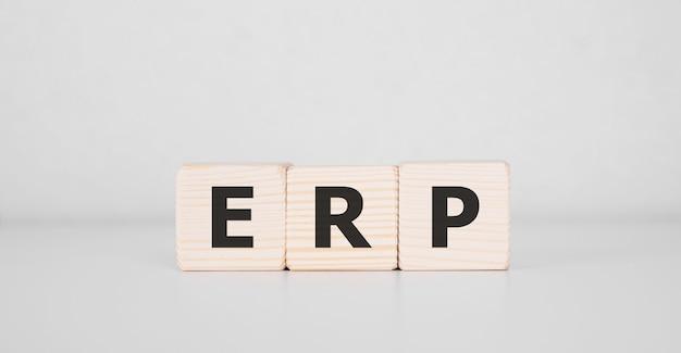 Слово erp написано на деревянном блоке. бизнес-концепция