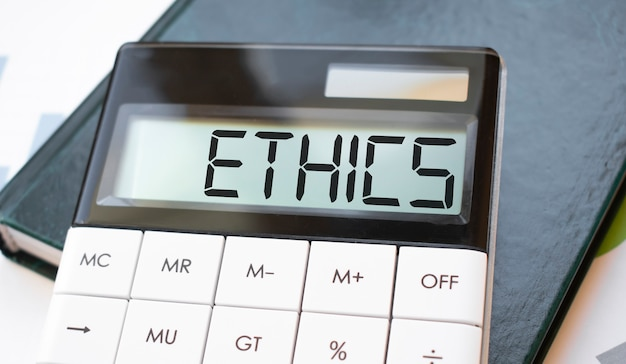 Слово этика на калькуляторе. концепция бизнеса и финансов.
