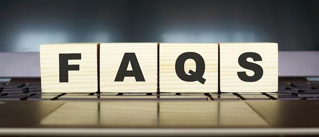 편지가있는 나무 큐브의 단어 faq