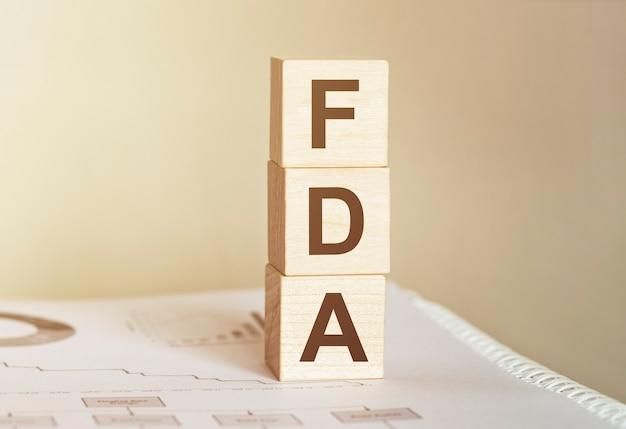 木のビルディングブロックで作られた単語fda