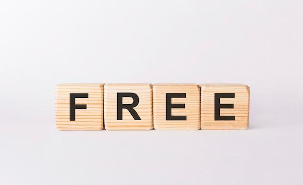 Слово бесплатно из деревянных блоков на белом фоне